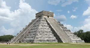 Mayská pyramida zvaná El Castillo v Chichén Itzá