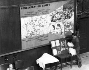 Důkazy předkládané soudu v Norimberku (na snímku plány koncentračních táborů).