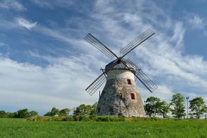 Podobné větrné mlýny se ve středověku rozšiřovaly (foto z Estonska)