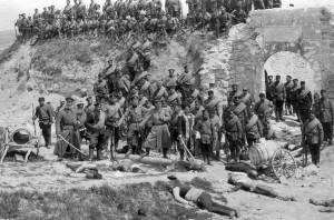 Bulharští vojáci a mrtví Turci u pevnosti Awaz Baba blízko Edirne (březen 1913)