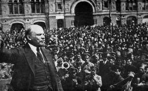 Vladimír Iljič Lenin promlouvá k davu roku 1917