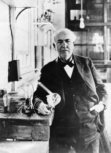 Thomas Alva Edison s žárovkou v ruce
