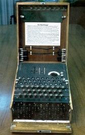 Německý šifrovací přístroj Enigma, jehož šifry rozluštili Spojenci v anglickém Bletchley Parku [Blečli párk]