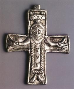 Kříž nalezený v Mikulčicích.