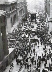 Dav shromažďujících se lidí na Wall Street v průběhu černého čtvrtka 1929